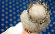 regina_inghilterra_the queen_gioieilli_non_si_di_dice_piacere_bigiotteria_collane_orecchini_esagerazione_galateo