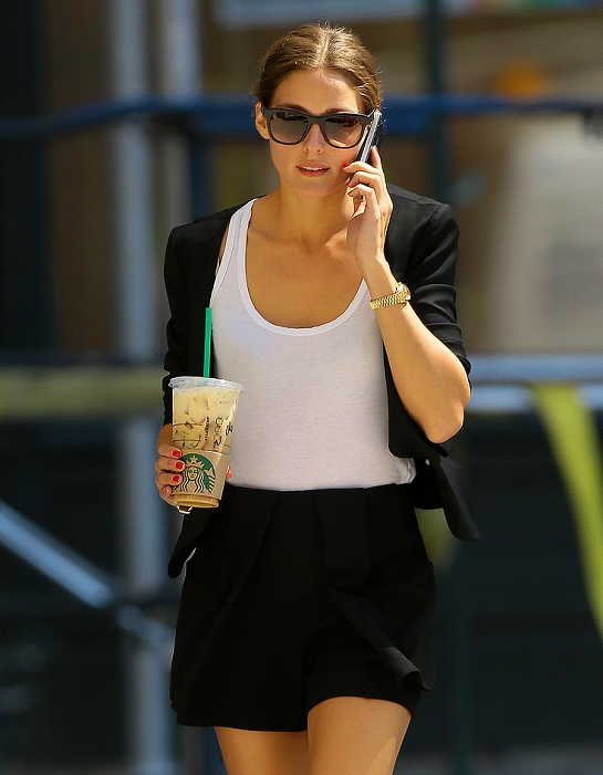 Olivia Palermo goes for Starbucks Coffee in NYC - white tee maglietta bianca t-shirt-non-si-dice-piacere