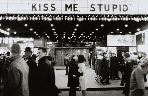 bacio locale pubblico cinema-cedere il passo-non si dice piacere galateo bon ton