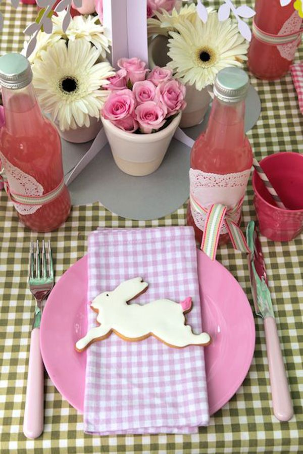 dettaglio tavola psqua-fiori-uova-cioccolato-non si dice piacere-buone maniere-rosa-bisocotti
