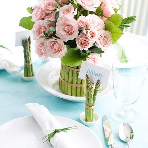 dettaglio tavola psqua-fiori-uova-cioccolato-non si dice piacere-buone maniere-rose-centrotavola-asparagi