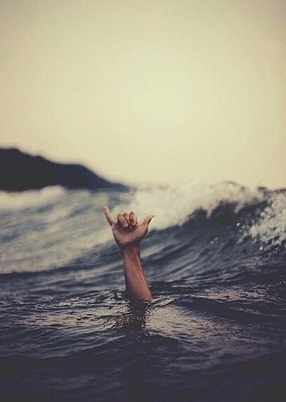 hang loose surfer-saluto serfisti- mignolo-non si dice piacere-galateo bon ton