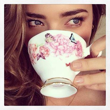 miranda kerr- mignolino- tea- bere - non si dice piacere-bon ton buone maniere