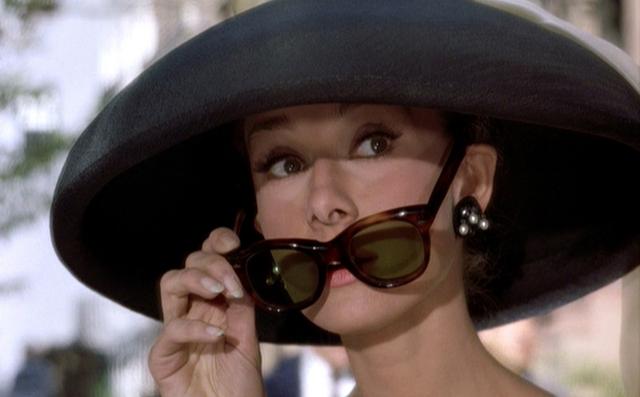 occhiali sole- toglierseli- bon ton etichetta galateo non si dice piacere - bon ton Breakfast at Tiffany's 2