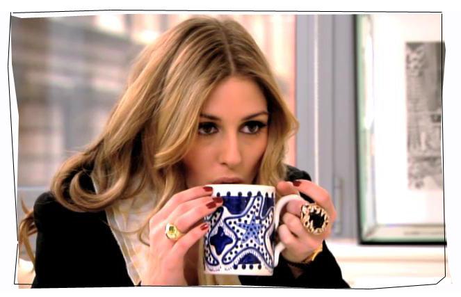 olivia-palermo-mug - cucchiaino caffè- bere caffè - etichetta-galateo-non si dice piacere