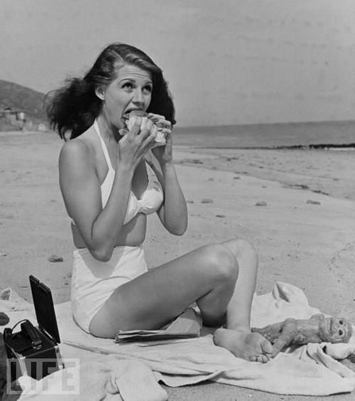 Ryta Hayworth-Buone-maniere-galateo-estate-10-regole-non-si-dice-piacere-bon-ton-spiaggia-mare