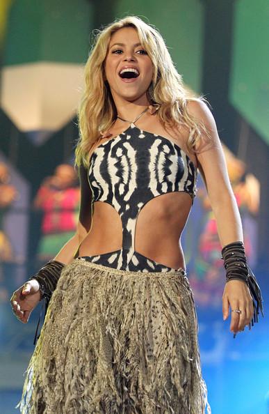 Shakira+Bracelets+tendenze-estate.righe.frangie-2014-non-si-dice-piacere-blg-bon-ton-buone maniere-galateol