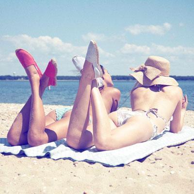 espadrillas-dalla-spiaggia-alle-passerelle-Buone-maniere-galateo-estate-10-regole-non-si-dice-piacere-bon-ton-spiaggia-mare