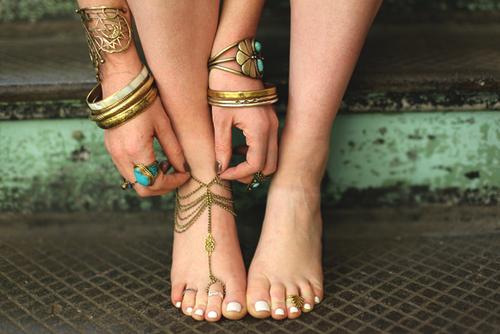 anelli-piedi-ring-foot-tamarro-vestiti-accessori-estivi-estate-cafone-buon-gusto-bon-ton-non-si-dice-piacere