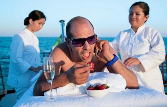 checco zalone-Trucco-spiaggia-mare-come-truccarsi-estivo-estate-non-si-dice-piacere-blog-buone-maniere