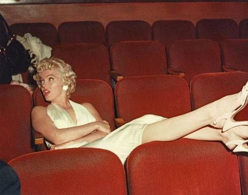 5- marilyn-monroe-poltrone cinema-film-buoni-propositi-back-to-school-non-si-dice-piacere-bon-ton