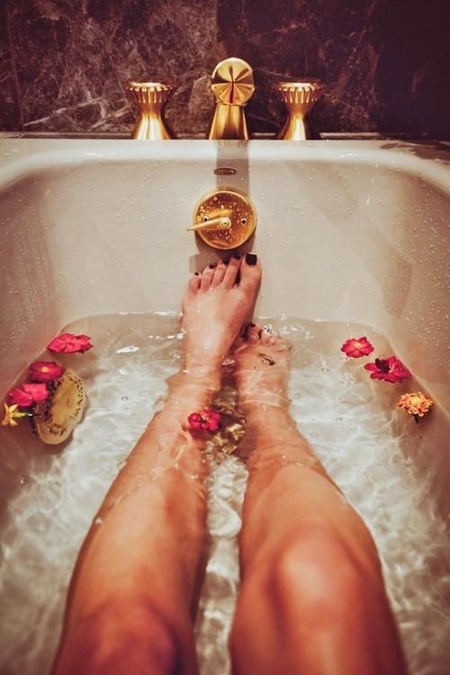 bagno-vasca-finte-vacanze-non-si-dice-piacere-buone-maniere-galateo.