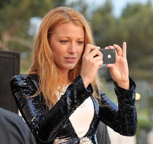 blake-lively-phone-thumb-315xauto-27143