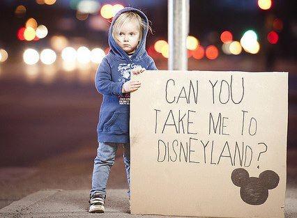 can you take me-to-disneyland-turisti-nazionalità-maleducazione-monumenti-bon-ton-buona-educazione-maniere-non-si-dice-piacere