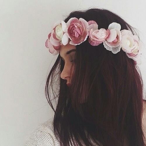 capelli-fiori-finte-vacanze-non-si-dice-piacere-buone-maniere-galateo.