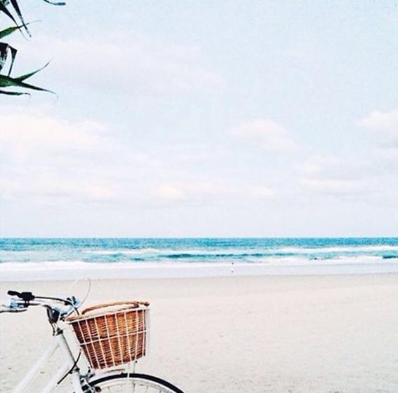 costume-rientro-ufficio-vacanze-colleghi-scvoloni-cafone-bon-ton-buone maniere-non-sidice-piacere_on_the_beach_10