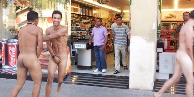 italiani_nudi-a barcellona- turisti-nazionalità-maleducazione-monumenti-bon-ton-buona-educazione-maniere-non-si-dice-piacere