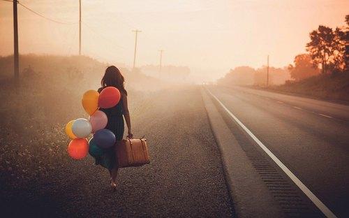 partire-palloncini.treno-estate-turisti-nazionalità-maleducazione-monumenti-bon-ton-buona-educazione-maniere-non-si-dice-piacere