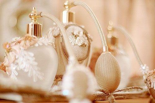 spruzzare profumo-profumi-scivoloni-stile-bon-ton-buone_maniere-ricordi-non-si-dice-piacere-blog