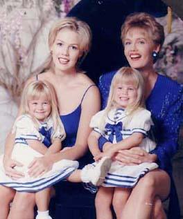 Kelly,_Jackie_and_Erin-beverly-hills-90210-cognomi-uso-corretto-buone-maniere-italiano-bon-ton-galateo-blog-non-si-dice-piacere