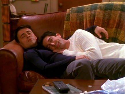 copertina-divano-freinds-autunno-foglie-dormire-cambio-stagione-perchè-blog-non-si-dice-piacere-buone-maniere-galateo