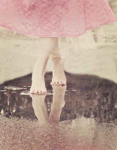 piedi-nudi-pioggia-cambio-armadi-stagione-non-si-dice-piacere-blog-maniere-buone-autunno