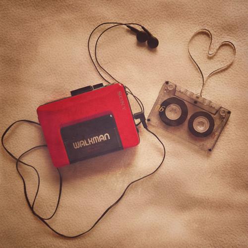 anni-80-vintage-musica-sony-walkman-musica-status-symbol-non-si-dice-piacere-bon-ton-buone-maniere-galateo