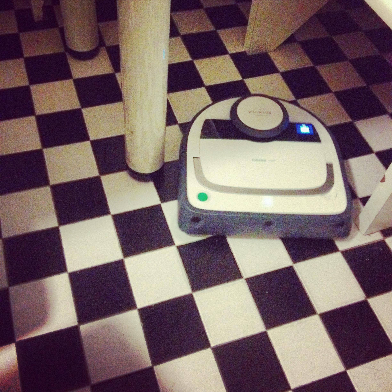 folletto-vr200-robot-lusso-maggiordomo-non-si-dice-piacere-bon-ton-buone-maniere-blog-casa
