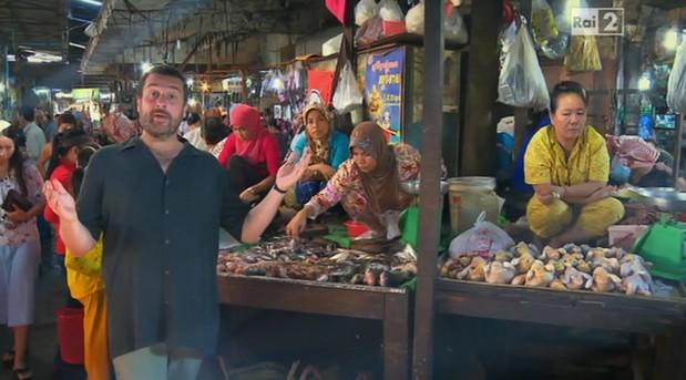 pechino-express-costantino-gran-bazar-istanbul-contrattare-non-si-dice-piacere-bon-ton-galateo-mercato-prezzo