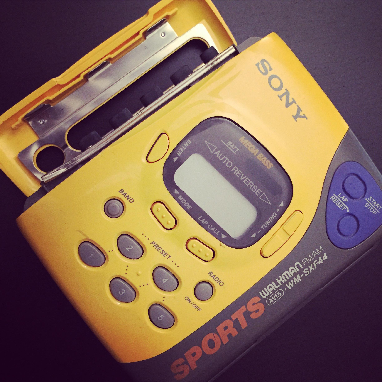 sony-walkman-anni-90-giallo-sport-musica-sony-walkman-musica-status-symbol-non-si-dice-piacere-bon-ton-buone-maniere-galateo