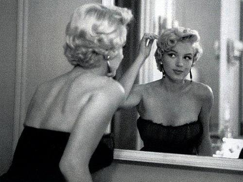 marilyn-monroe-capelli-pettine-toccarsi-bon-ton-buone-maniere-doppie-punte-bon-ton-non-si-dice-piacere