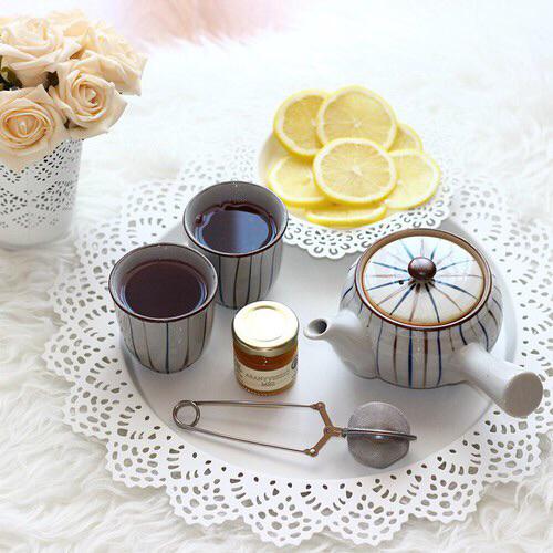 tea-lemon-limone-tè-cinque-invitare-offrire-servizio-te-bon-ton-buone-maniere-goolp-non-si-dice-piacere-buone-maniere-stelle