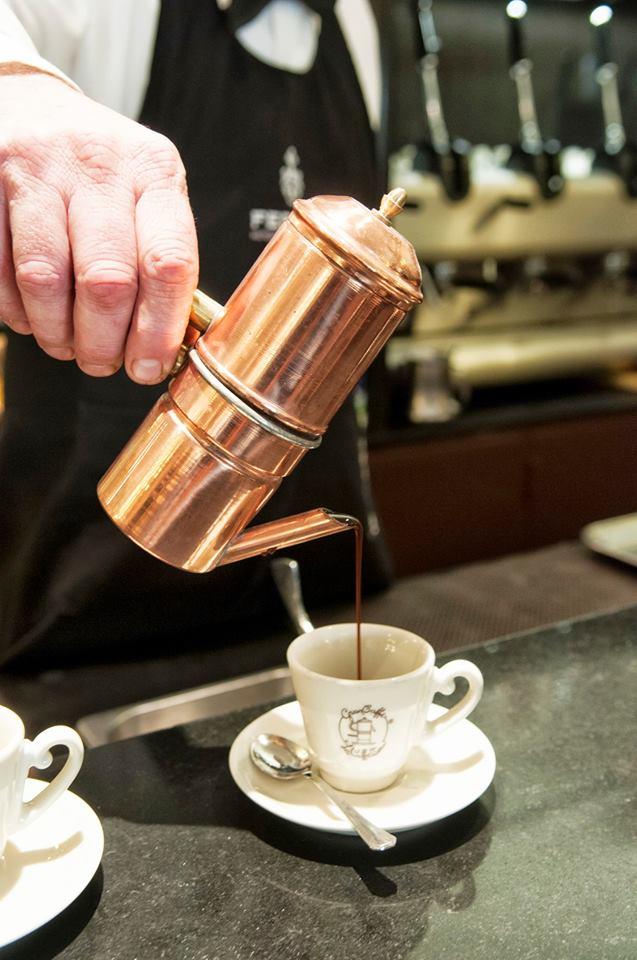 versare-caffe-cuccuma-week-kimbo-gran-caffè-la-caffetteria-napoli-kimbo-tradizione-fare-non-si-dice-piacere-bon-ton-buone-maniere