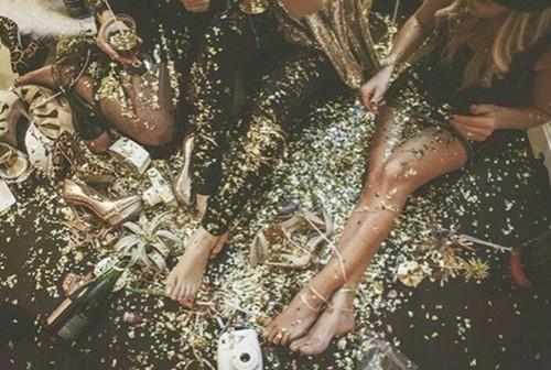 feste-party-scomodita-scarpe-borse-piccole-non-si-dice-piacere-party-girl-buone-maniere