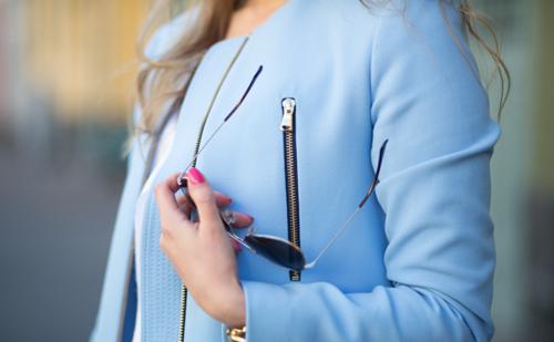 azzurro-chiodo-giacca-pelle-primavera-estate-2015-colori-non-si-dice-piacere-buon-gusto-trend-primavera-blog.