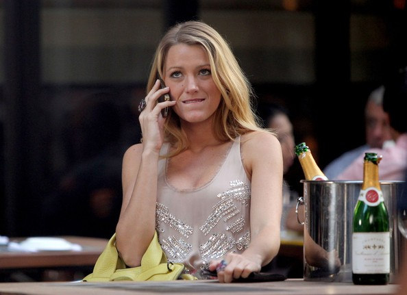 Blake+Lively+chats+phone+around+champagne+chantham-house-rule-riunioni-ufficio-lavoro-bon-ton-galateo-come-comportarsi
