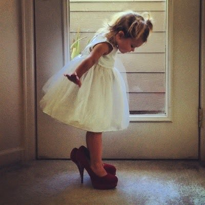 bambina- tacchi-età- vestiti-come-vestirsi-giovani-vecchi-non-si-dice-piacere-bon-ton-buone-maniere