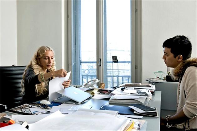 franca-sozzani-brian-bou-chantham-house-rule-riunioni-ufficio-lavoro-bon-ton-galateo-come-comportarsi