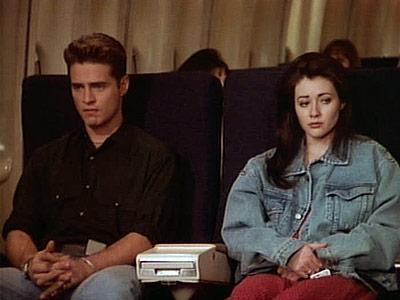 90210-plane-Brandon-Brenda_viaggiare-treno-galateo-bon-ton-viaggiatore-buone-maniere-viaggi-treno-silenzio-non-si-dice-piacere