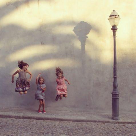 little-jump-saltare-bambini-mamma-festa-idolo-supereroe-comportarsi-non-si-dice-piacere-bon-ton-buone-maniere-galateo