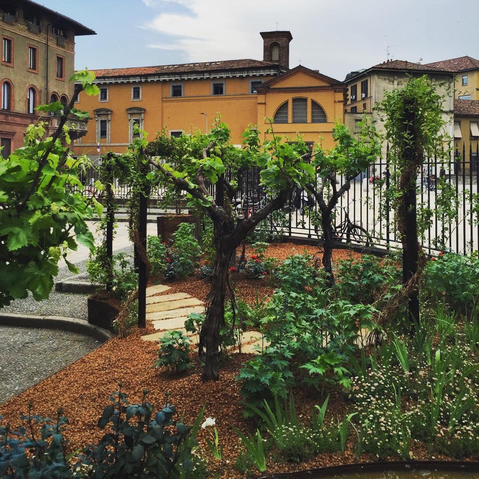 milano-wine-garden-sant'ambrogio-corriere-articolo-come-sembrare-milanesi-snob-eleganti-non-si-dice-piacere-bon-ton-buone-maniere