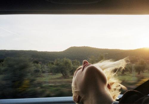 relax-viaggiare-treno-galateo-bon-ton-viaggiatore-buone-maniere-viaggi-treno-silenzio-non-si-dice-piacere