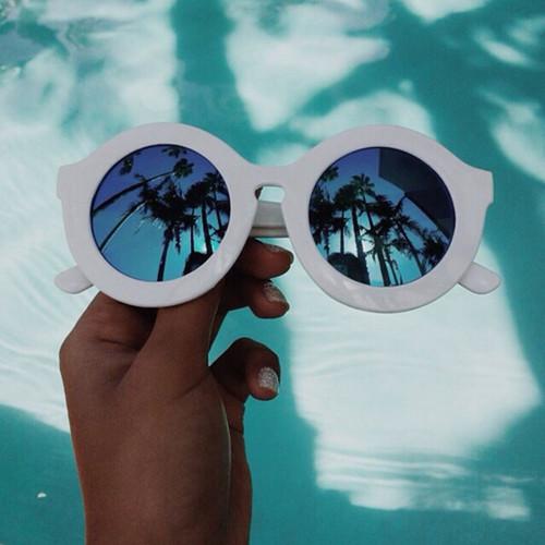 piscina-palme.-lentispecchio-occhiali