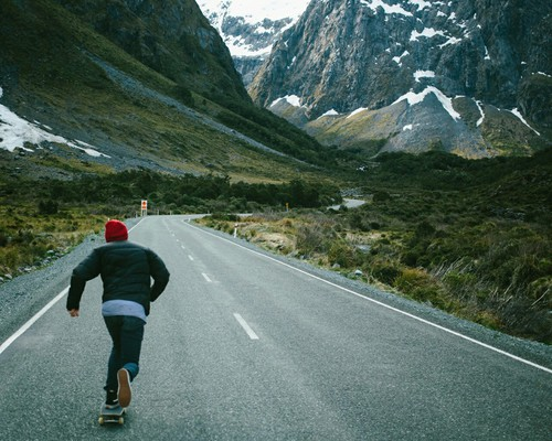 skaters-viaggi-nuove-abitudini-trentenni-bon-ton-buone-maniere-viaggiatori-non-si-dice-piacere-blog