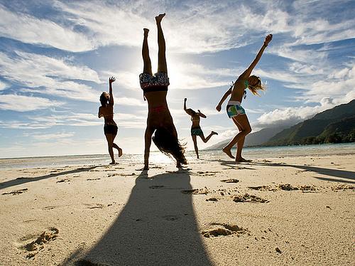 spensierati-spiaggia-ragazzini-sedicenni-adolescenti-estate-spiaggia