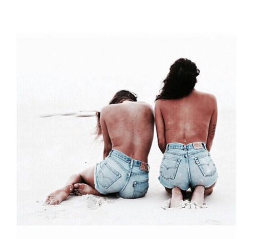 spiaggia-amiche-jeans-hotpants-tan