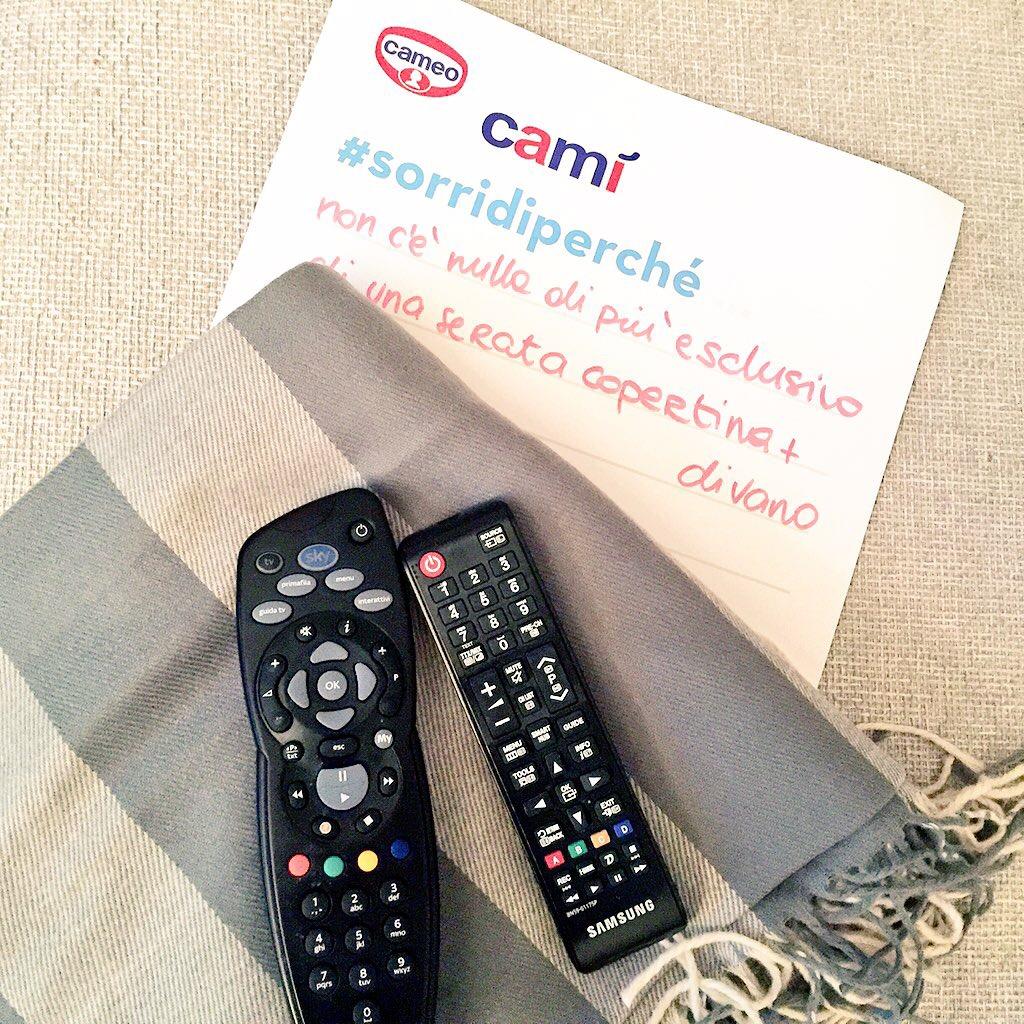 programmi serata- copertina- telecomando -divano- cami- cameo