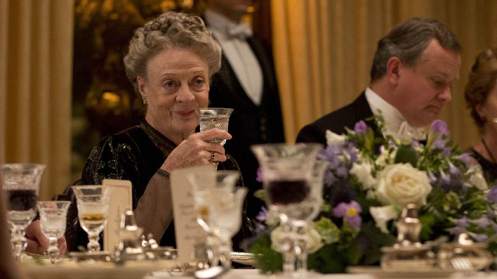 Downton-Abbey-5-7-Maggie-Smith- table set- servizio zia piatti bicchieri