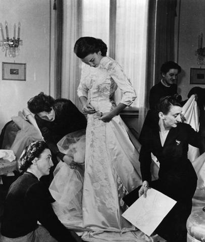 1949-Linda-Christian-prova-nellatelier-delle-Sorelle-Fontana-labito-da-sposa-per-il-suo-matrimonio-con-Tyrone-Power.-A-destra-Micol-a-sinistra-Giovanna.-Courtesy_Fondazione