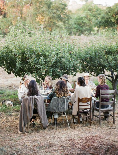 amici pasquetta tavola stare insieme